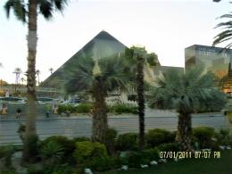 Hotel Luxor di Las Vegas dikelilingi pohon Palem seperti di Mesir(dok pribadi)