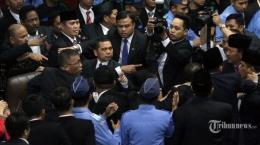 Sidang Paripurna DPR RI yang Berujung Rusuh Akibat Perdebatan Sesama Anggota DPR RI pada 2014. Sumber; tribunnew.com