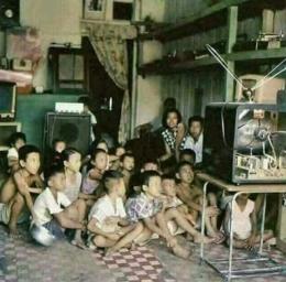 Kenangan menonton TV analog beramai-ramai. Antena ini kadang perlu dipegang dan diarahkan agar tangkapan sinyal agak bagus. (gambar : brilio.net)