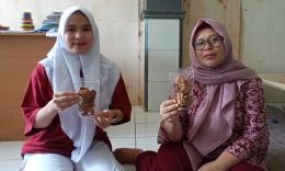 Gambar 6 : Warga memperlihatkan makanan ringan dan renyah Kulit Singkong Manihot Esculenta (Dok. Pribadi)