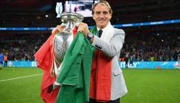 Robero Mancini dan trofi Piala Eropa: Dailymail.co.uk
