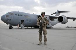 Pesawat Angkut C-17 di bandara Kabul. Sumber: Master Sgt.Michael O'connor/wikimedia