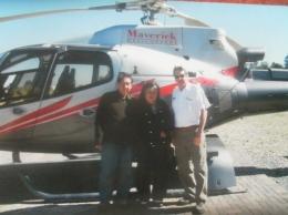 Berfoto bersama pilot dan helicopter (dok pribadi)