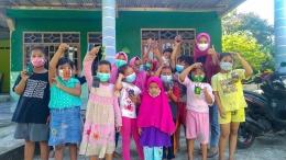 Mahasiswa UNISRI Surakarta foto bersama anak-anak dengan menunjukkan hasil karyanya.