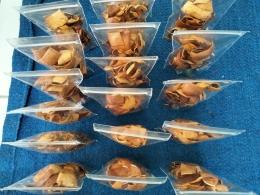 Gambar 5 : Pengemasan kulit singkong renyah Manihot esculenta (Dok. Pribadi)