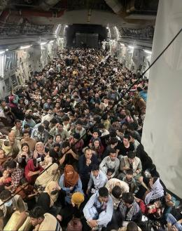 Warga Afghanistan yang berjejal di dalam pesawat angkut raksasa C-17 milik AU AS. Sumber: www.defenseone.com