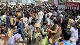 Penduduk Afghanistan menunggu dievakuasi di bandara Hamid Karzai-Kabul. Sumber: Reuters/www.indiatoday.in