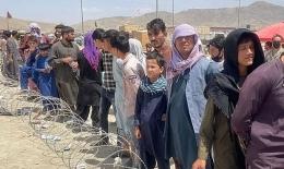 Penduduk Afghanistan yang menanti dievakuasi di bandara Hazan Karzai. Sumber: Anadolu Agency / www.theguardian.com