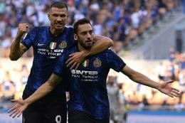 Hakan Calhanoglu (depan) dan Edin Dzeko langsung on fire dalam debut bersama Inter Milan/FotoTwitter @Inter_en via Tribunnews.com