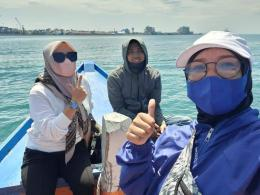 Anak Makassar pakai masker. Mereka mengklaim tidak takut matahari meskipun di tengah laut (FB Sukmawaty Arifin)