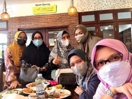 Masker dipakai arisan keluarga juga OK. Selain untuk kesehatan juga modis (foto FB Nia Pagadjang)