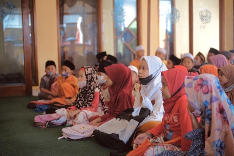 Anak-anak TPQ Annuriyah sedang menonton tayangan film (Dokpri)