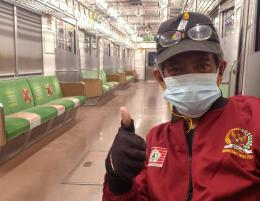 Meski gerbong kereta Commuterline sepi penumpang, masker jangan ketinggalan (foto dok Nur Terbit)