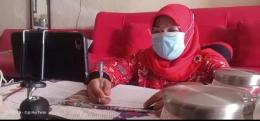 Ibu guru TK Bunda Sitti Rabiah daring juga pakai masker (foto dok Nur Terbit)
