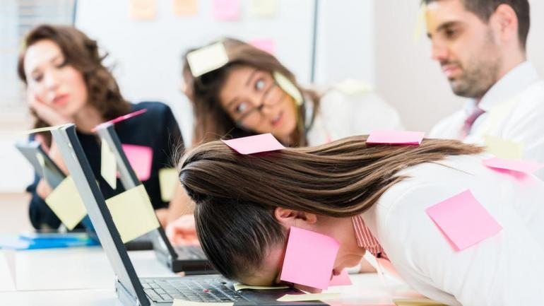 Bekerja di bawah tekanan bisa dirasakan pekerja kantoran dan freelance. Kita perlu menguasai skill untuk berdamai dengan situasi itu/iStockphot