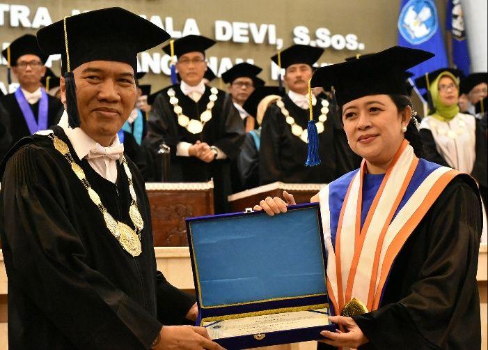 Puan Maharani saat menerima gelar doktor kehormatan dari Undip. (credit: fisip.undip.ac.id)