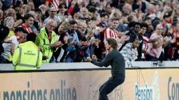 Manajer Brentford, T. Frank merayakan kemenangan perdana sebagai tim promosi di Premier League bersama suporter. Sumber: Action Images via Reuters