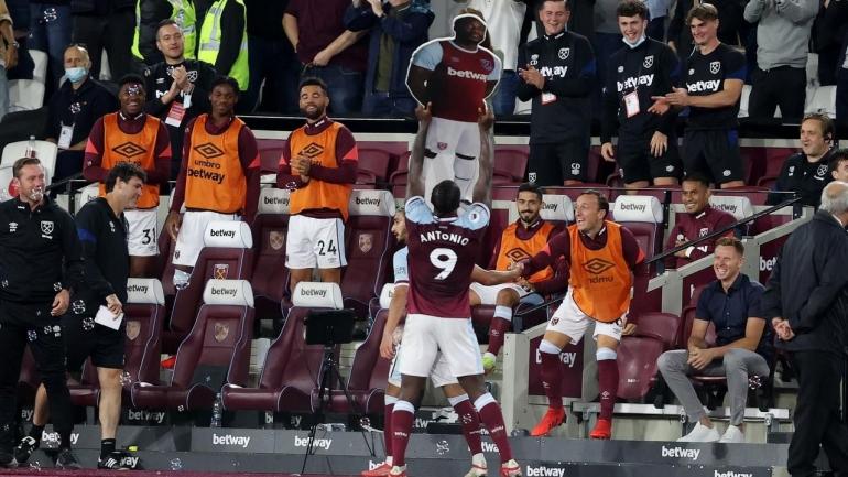 Pemain West Ham United merayakan gol ke gawang Leicester City. (via foxsports.com.au)