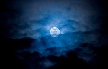 Ilustrasi bulan biru dalam pelukan (foto via kompas.com)