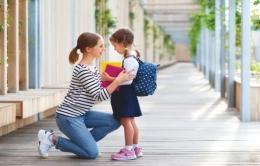 Ilustrasi seorang ibu yang membujuk anaknya untuk masuk sekolah (foto dari iStock via haibunda.com)