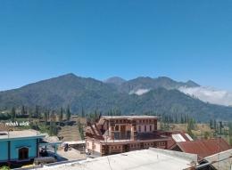 Suasana alam Desa Ngadas dengan latar belakang G. Semeru pagi tadi jam 8. (dokumen pribadi)