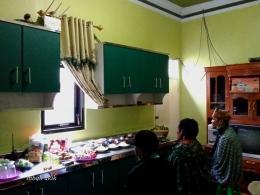 Dapur masa kini, kitchen set, dan modem wifi 30 mbps dan ritual Rohan saat Upacara Karo di keluarga . (dokumen pribadi)