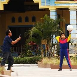 Seorang ayah yang sedang mengajari anaknya bermain bola voli di Taman Ratu Safiatuddin (Komar)