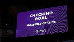 VAR melakukan pengecekkan kemungkinan Offside/Sumber: Michael Regan/Getty Images