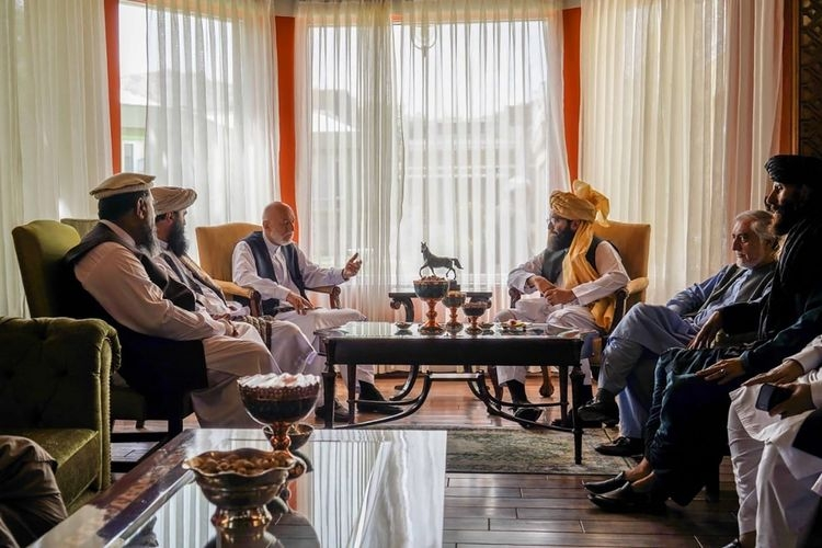 Kepala Dewan Rekonsiliasi Nasional Afghanistan dan mantan negosiator pemerintah dengan Taliban, Abdullah Abdullah (kedua dari kanan); serta para delegasi Taliban lainnya, dalam pertemuan di Kabul, Rabu (18/8/2021). (Foto: TALIBAN via AP via kompas.com)