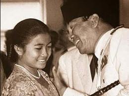 Megawati saat masih gadis bersama sang ayah, Soekarno.