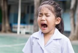 Ilustrasi anak menangis di sekolah (foto via theAsianparent)