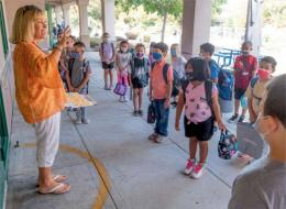 Hari pertama kembali ke Sekolah Dasar Peternakan Tustin di Kalifornia pada 11 Agustus 2021. Sumber: New Scientist, 21 Agustus 2021, hlm. 12.