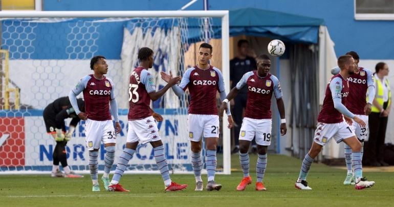 Pemain Aston Villa merayakan gol ke gawang Barrow. (via football365.com)