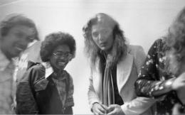 Lumayan, sempat berfoto dengan gitaris Deep Purple Tommy Bolin setelah jumpa pers di Hotel Sahid Jaya, Jakarta (3/12/1975). David Coverdale cuma kelihatan bajunya berlengan kembang di kanan. (Foto Istimewa)