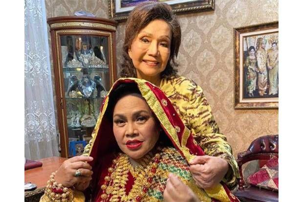 Elly Kasim (belakang) mendandani Hetty Koes Endang memakai baju adat Minang Foto/Instagram Elly Kasim, dimuat sindonews.com