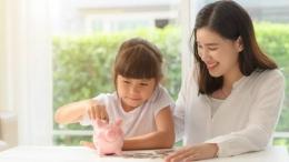 Ilustrasi Ibu melatih anak menabung (sumber:berkeluarga.id)