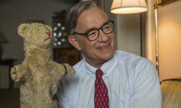 Tom Hanks berperan sebagai Mister Rogers dalam A Beautiful Day in the Neighborhood. Foto: Lacey Terrell/AP