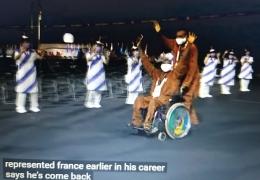 www.youtube.com                               2 orang atlet disabilitas memegang bendera Negara mereka, mengibar2kannya dan membuat trenyuh ......