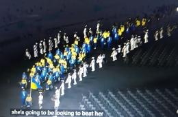 www.youtube.com  Parade kursi roda dari kontingen Ukraina. Dengan baju menyolok biru kuning, dan para wanita memakai bunga2 dikepalanya, sangat menarik, tanpa kita berpikir bahwa mereka berbeda. Itu karena aura wajah dan kebahagiaannya benar membuat kita gembira .....