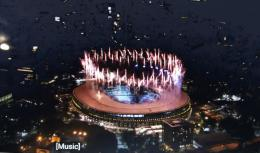 www.youtube.com  Mereka menerbangkan balon2 lambang paralimpiade berwarna merah-biru-hijau, dan pesta kembang api ......