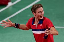 Ekspresi Viktor Axelsen setelah meraih medali emas Olimpiade Tokyo 2020, setelah mengalahkan Chen Long di final (PEDRO PADRO/via kompas.com)