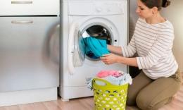 Ilustrasi Mencuci Baju dengan Mesin Cuci (Sumber: Freepik)