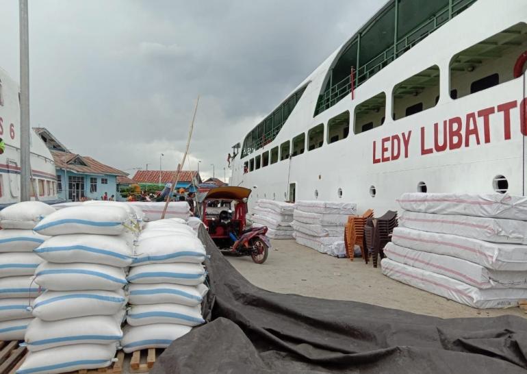 Bongkar muat logistik di Pelabuhan Salakan Sulteng. Doc Pri