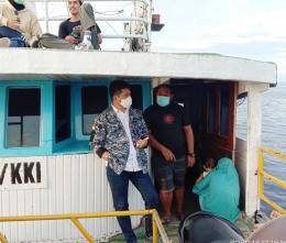 Senator Dapil Sulteng Lukky Semen di atas kapal penyeberangan saat kunjungan daerah. Doc Pri