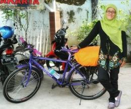 Saya dan sepeda kesayangan yang terparkir di parkiran kantor. Foto : dokumentasi pribadi