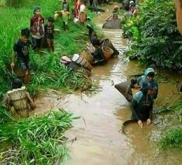 Ilustrasi warga sedang mansai ikan dan udang | Sumber: Suarasarawak.my
