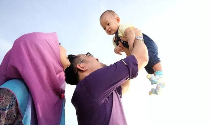 Tampak kebahagiaan terpancar dari kedua orang tua akan hadirnya sosok buah hati (sumber ilustrasi: www.dinimon.com)