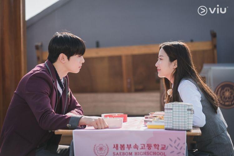 Moon Ga-young dan Cha Eun-woo ASTRO beradu peran di drama korea True Beauty. (sumber: DOK. VIU via kompas.com)