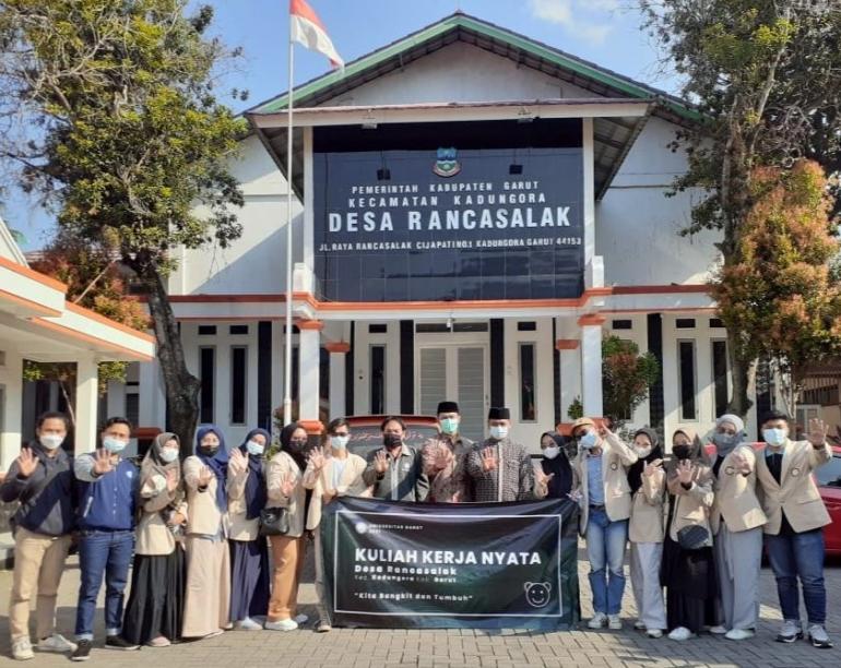 Gambar utama : Foto bersama kepala desa, DPL dan mahasiswa (Dok. Pribadi)