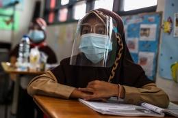 Sejumlah murid mengikuti uji coba pembelajaran tatap muka di SDN 03 Palmerah, Jakarta Barat, Rabu (7/4/2021).(KOMPAS.com/GARRY LOTULUNG)